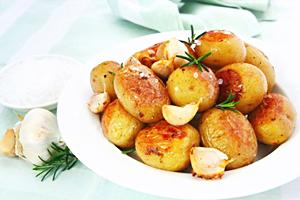 Печеный картофель очень полезен.