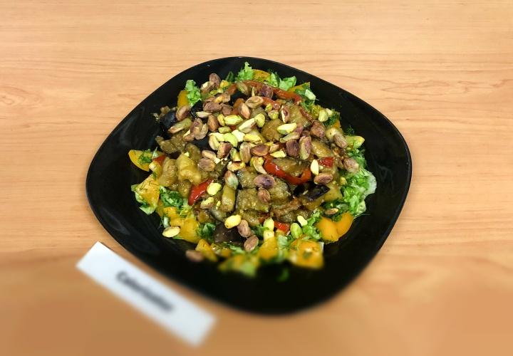 Салат с жареными овощами и соусом Песто