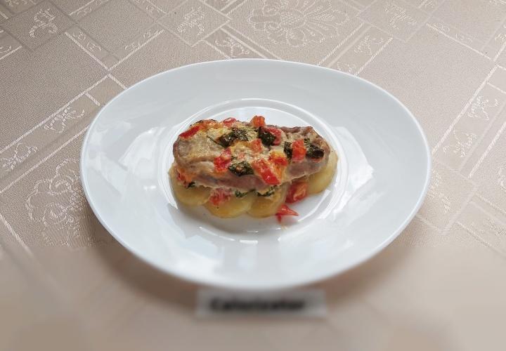 Свиная вырезка с картофелем и шпинатом
