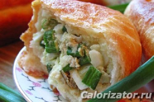 Пирожок с зеленым луком и яйцом