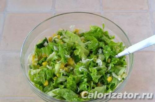 Салат из листьев салата с кукурузой
