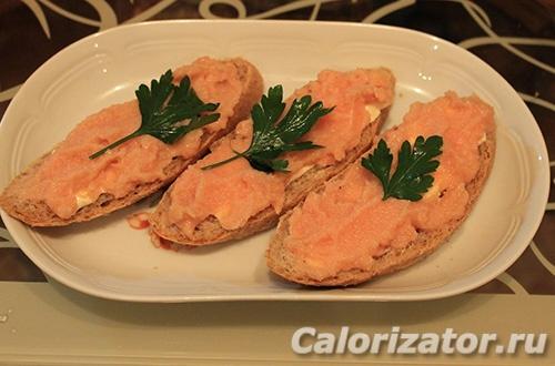 Бутерброд с маслом и икрой мойвы