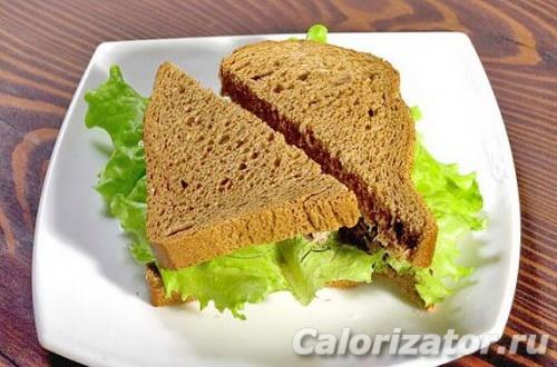Сэндвич с тунцом на черном хлебе