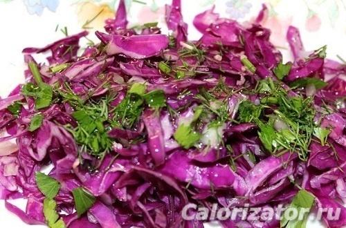 Салат из красной капусты с зеленью и хреном