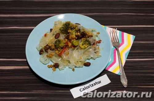 Рисовая лапша с фасолью и овощами