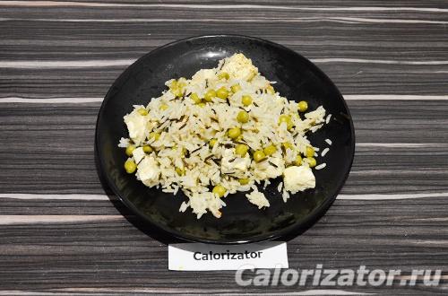 Смесь риса с горошком и адыгейским сыром
