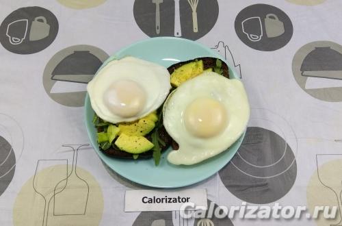 Бутерброды с авокадо и яичницей