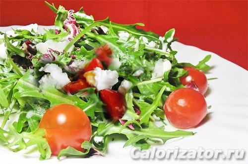 Салат с рукколой, черри и козьим сыром