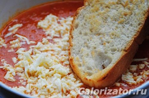 Томатный суп с сыром и гренками
