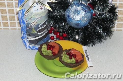Новогодние корзиночки с форелью и авокадо