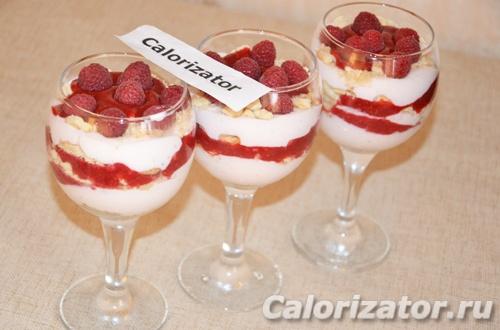 Творожный десерт с малиной и печеньем