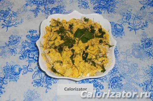 Белковый салат из курицы, кальмаров и яиц