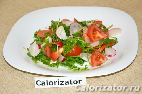 Салат с редисом, помидором и рукколой