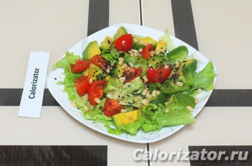 Овощной салат с авокадо и кедровым орехом