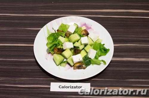 Зеленый салат с грибами и сыром фетакса