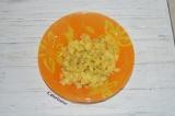 Шаг 1. Вареные овощи очистить от кожуры, картофель нарезать кубиками.