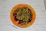 Шаг 4. Соленые огурцы нарезать кубиками. Добавить их в салат.