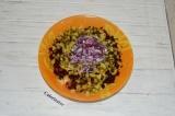 Шаг 5. Измельчить лук и добавить его в салат.