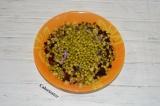 Шаг 6. Добавить в салат горошек, предварительно убрав всю жидкость из баночки.
