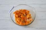 Шаг 1. Тыкву очистить и нарезать кубиками, добавить столовую ложку сахара и кори