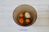 Шаг 3. Яйца смешать с сахаром.