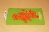 Шаг 5. Морковь нарезать полукольцами.