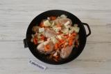 Шаг 2. Лук и морковь очистить и мелко нарезать. Добавить к мясу и обжарить