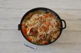 Шаг 5. Готовить рис под крышкой до готовности. После приготовления дать постоять