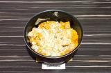 Шаг 5. Выложить сметанный соус, перемешать, убавить огонь на минимум и тушить