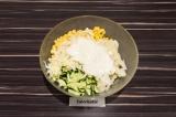 Шаг 5. Смешать все ингредиенты, заправить сметанным соусом.