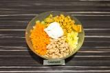 Шаг 5. В глубоком салатнике смешать все ингредиенты, заправить сметаной и подсол