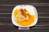 Шаг 3. В глубокой посуде смешать картофель, тыкву, добавить муку, специи и масло