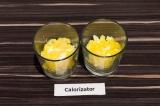 Шаг 6. Выложить ананасы и разровнять.