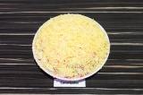 Шаг 10. Твердый сыр натереть на мелкой терке, засыпать сверху салата, декор