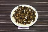 Шаг 6. Вторым слоем выложить грибы.