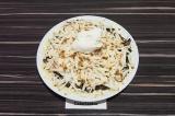Шаг 7. Колбасный сыр натереть на крупной терке поверх шампиньонов, смазать смета