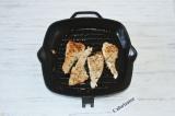 Шаг 3. На сковороде-гриль обжарить филейные кусочки с добавлением растительного