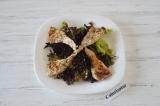 Шаг 4. Теплое филе выложить на листья салата.