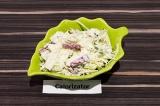 Готовое блюдо: салат из капусты с вегетарианской колбасой