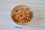 Шаг 3. На сковороде обжарить лук, измельченный помидор и фарш. Приправить солью