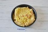 Шаг 7. Блины залить яично-сметанной смесью и посыпать сыром.