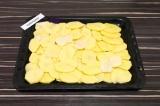 Шаг 6. На противень выложить картофель толстым слоем.