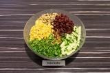 Шаг 6. В глубоком салатнике смешать все ингредиенты, из фасоли и кукурузы предва