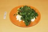 Шаг 6. Уложить в тарелку листья салата, яйца и огурец.