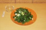 Шаг 8. Полить салат соком и положить поверх креветки.