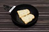 Шаг 1. Хлеб подрумянить на сухой сковороде в течение двух минут.