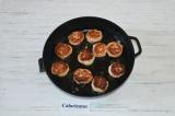 Шаг 6. Влажными руками сформировать мясные шарики и обжарить их на сковороде