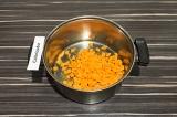 Шаг 3. Добавить морковь, обжаривать 3 минуты.
