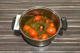 Шаг 4. Влить овощной бульон и добавить помидоры, варить 20 минут, затем убрать