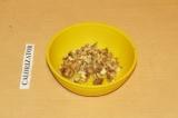 Шаг 2. Накрошить грецкий орех.